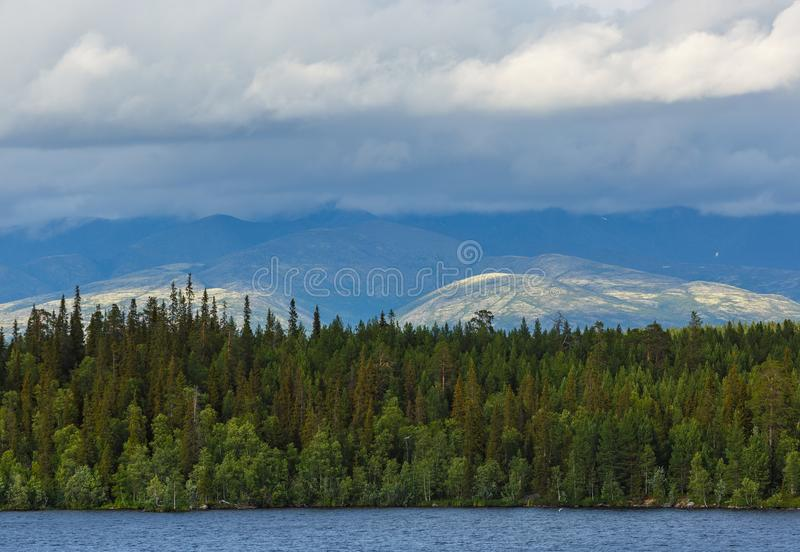 Meningen van de Khibiny-bergen Gefotografeerd op meer Imandra, stock afbeeldingen