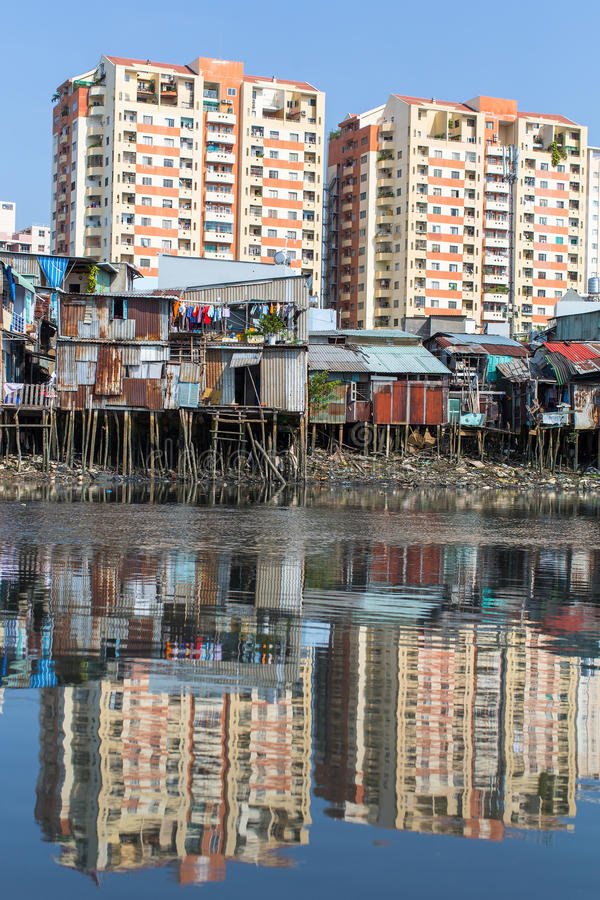 Meningen van de Krottenwijken van de stad van de rivier royalty-vrije stock foto