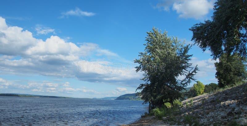 Meningen van de rivier Volga De rivier en de heuvelige kust stock foto