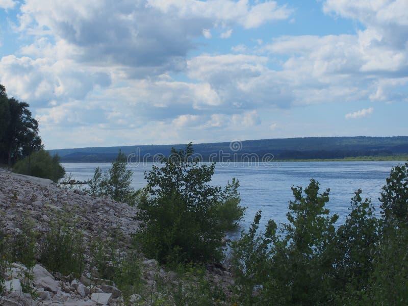 Meningen van de rivier Volga De rivier en de heuvelige kust stock foto's
