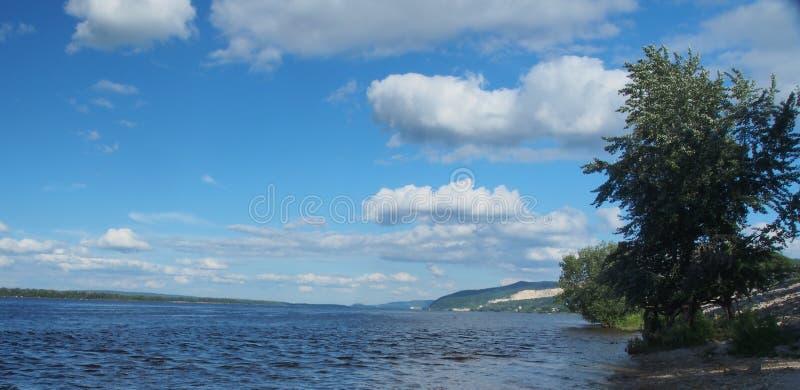 Meningen van de rivier Volga De rivier en de heuvelige kust stock afbeeldingen
