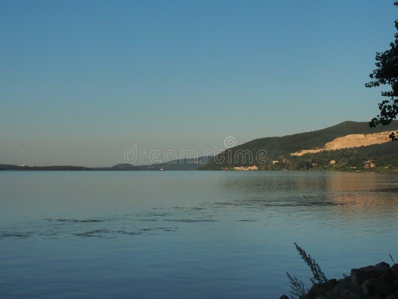Meningen van de rivier Volga De rivier en de heuvelige kust stock fotografie