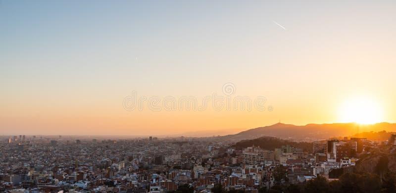 Meningen van de stad van Barcelona tijdens zonsondergang royalty-vrije stock afbeeldingen