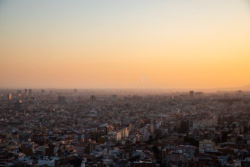 Meningen van de stad van Barcelona tijdens zonsondergang stock foto's