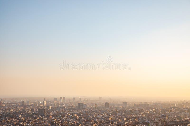 Meningen van de stad van Barcelona tijdens zonsondergang stock afbeeldingen