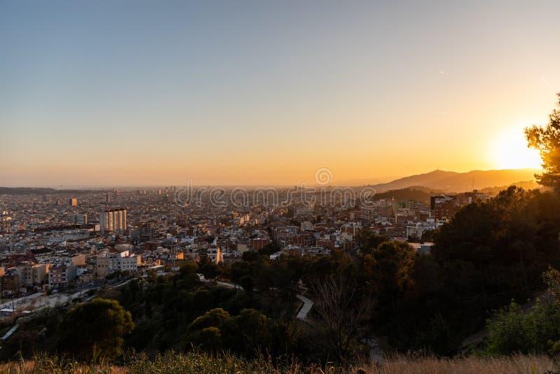 Meningen van de stad van Barcelona tijdens zonsondergang royalty-vrije stock foto