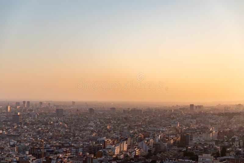 Meningen van de stad van Barcelona tijdens zonsondergang royalty-vrije stock afbeelding