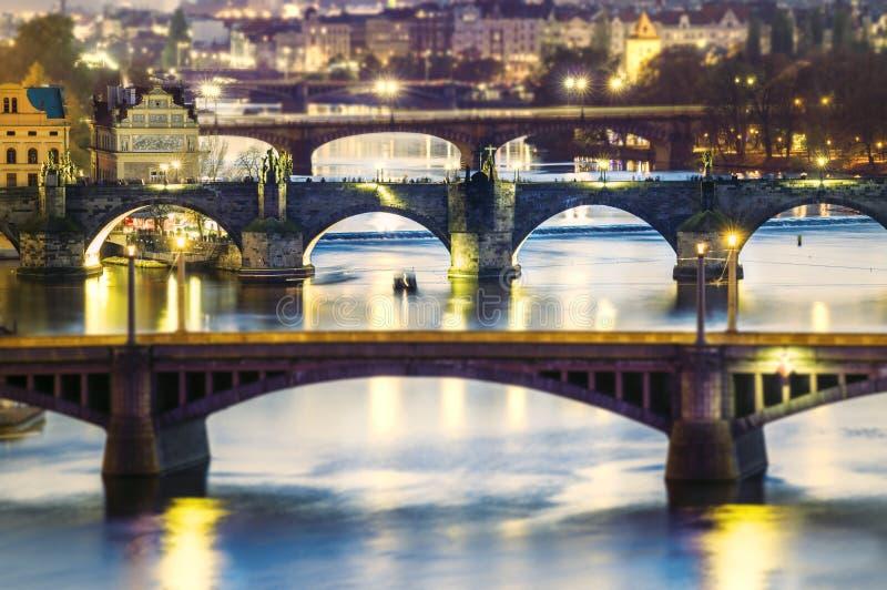 Meningen van de stad Praag en bruggen over de rivier Vltava stock afbeelding