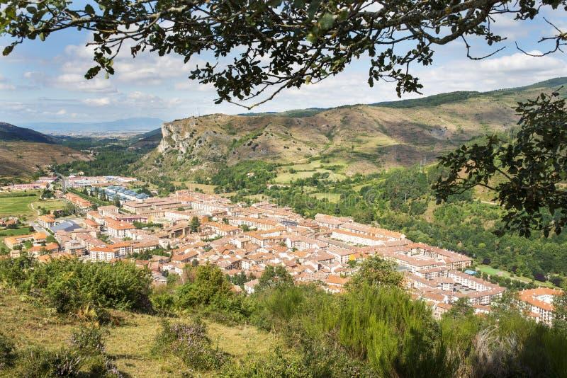 Meningen van Ezcaray dorp, La Rioja, Spanje stock afbeeldingen