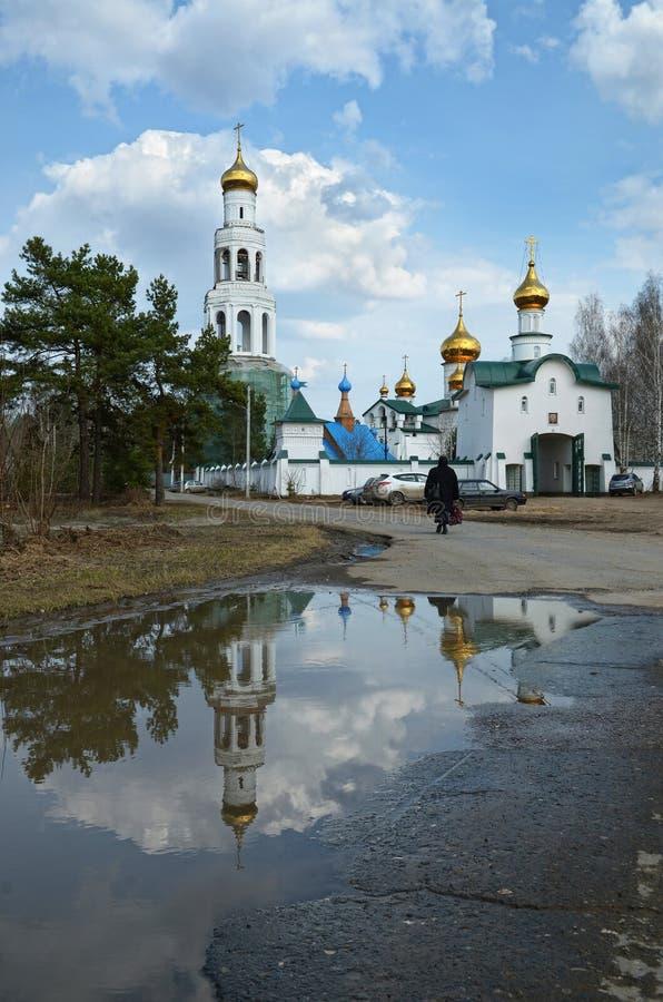 Meningen van het Orthodoxe klooster met Gouden koepels stock foto's