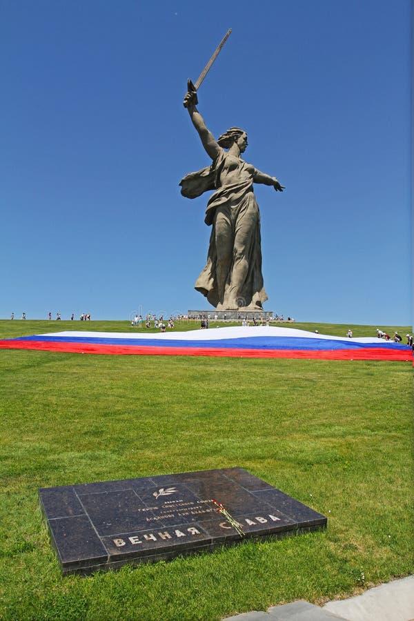 Meningen van het standbeeld van de vraag van het Vaderland, de Grote Massa Ernstige en grote Russische vlag in Dag van Rusland op royalty-vrije stock afbeelding
