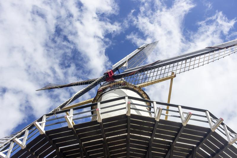 Meningen van het werkende platform en de bladen van de Windmolen D 'Orangemolen in de historische vestingsstad Willemstad, Nederl royalty-vrije stock foto