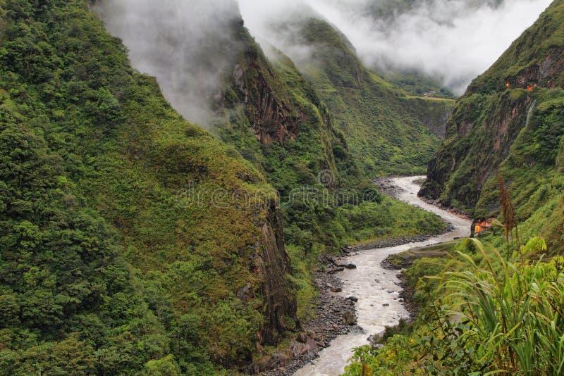 Meningen van het winden van Pastaza-rivier en zuivere bergen royalty-vrije stock foto