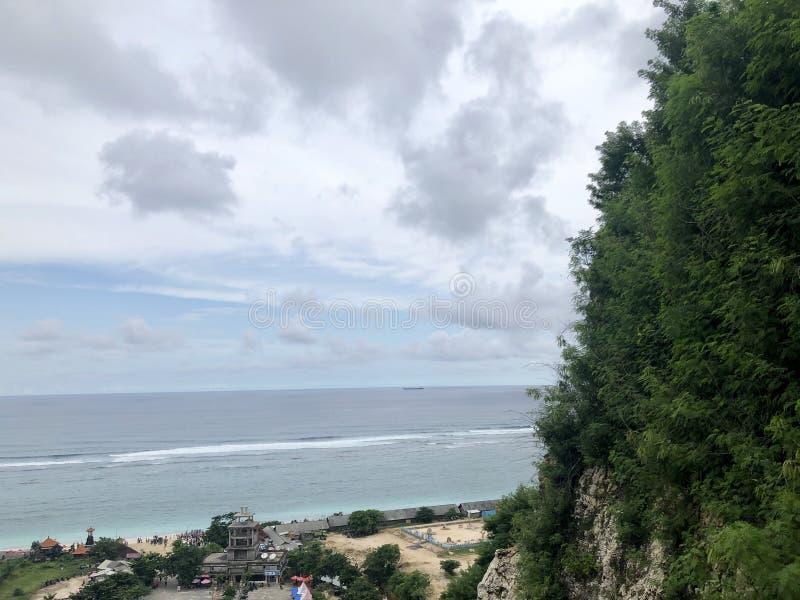 Meningen van overzees die vanaf de bovenkant van heuvel worden gezien stock foto's