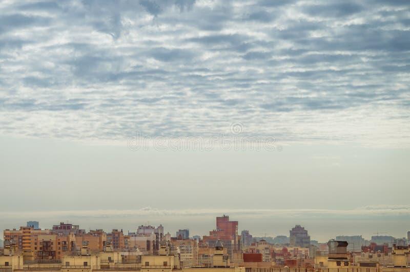 Menings grote megalopolis onder de bewolkte hemel, woonwijken van de luchtmening van St. Petersburg van de daken van de huizen stock afbeeldingen