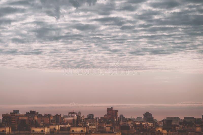 Menings grote megalopolis onder de bewolkte hemel, woonwijken van de luchtmening van St. Petersburg van de daken van de huizen stock foto