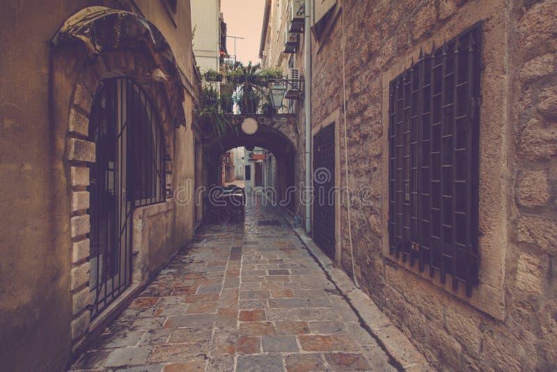 Menings smalle straat in oude stad van Budva montenegro royalty-vrije stock afbeeldingen