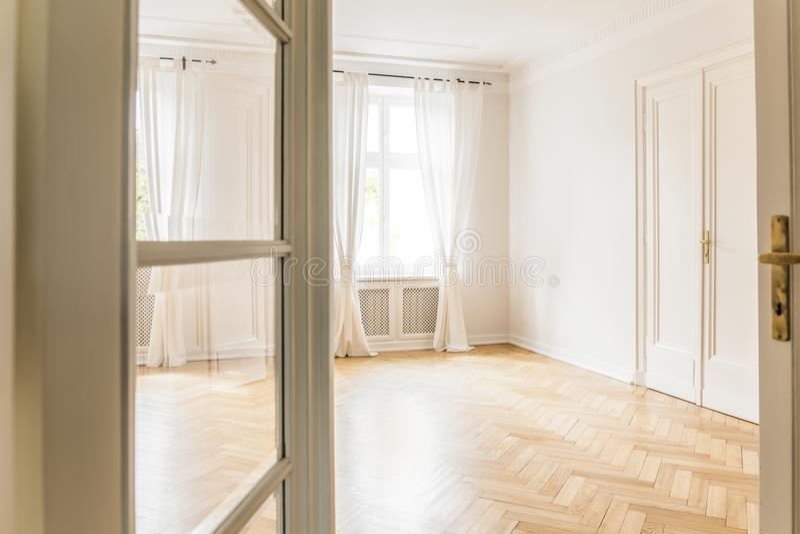 Meningstrog de deur op leeg wit woonkamerbinnenland met Dr. stock afbeeldingen