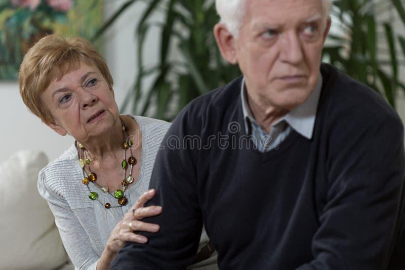 Meningsverschil tussen echtgenoot en vrouw stock fotografie