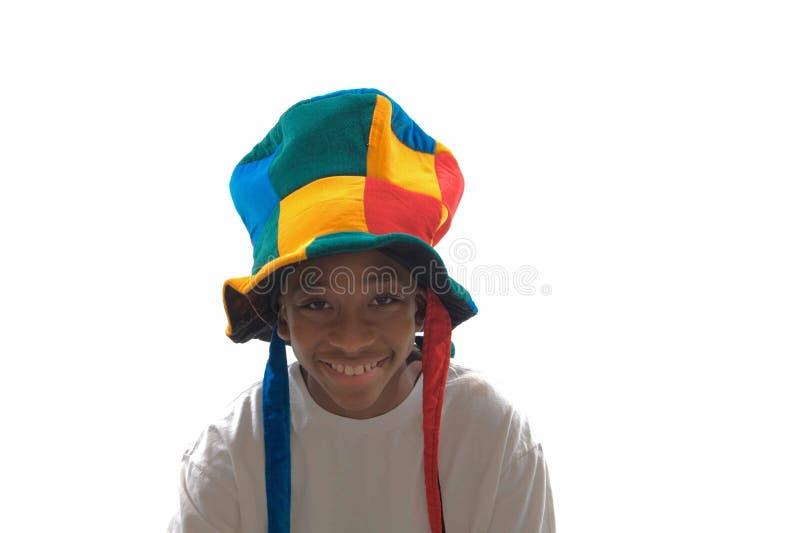 Menino étnico que desgasta um chapéu parvo fotos de stock