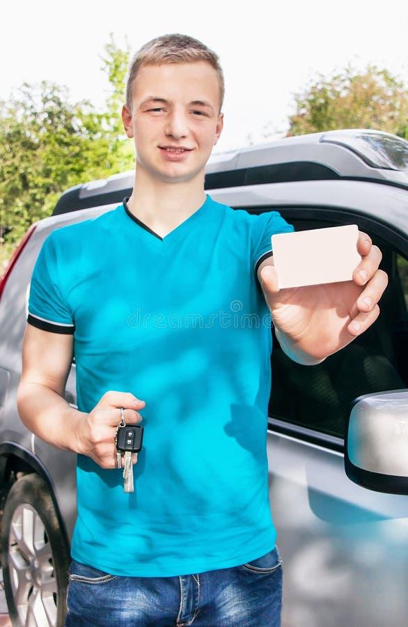 Menino adolescente caucasiano que mostra um cartão branco vazio foto de stock