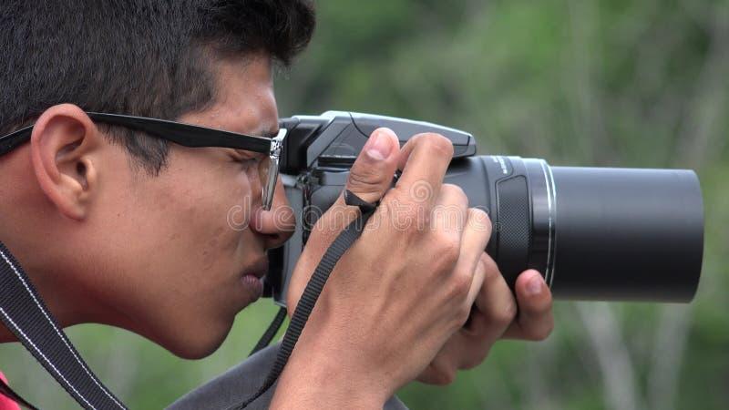 Menino adolescente com câmera da fotografia filme