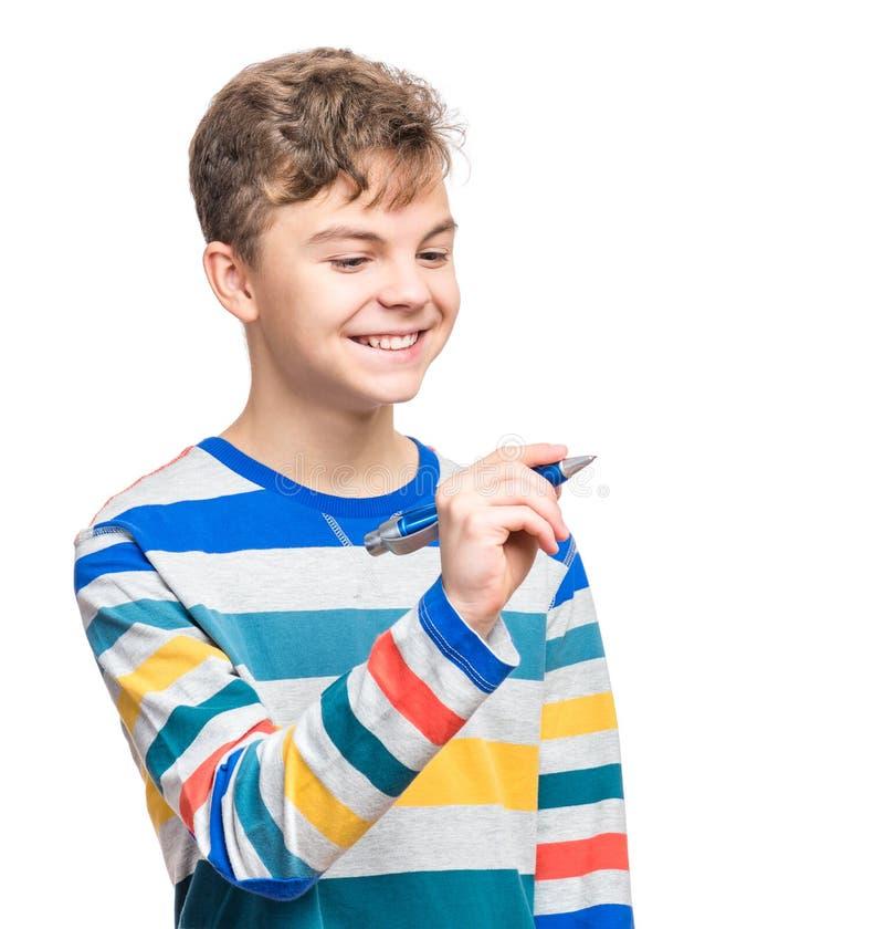 Menino adolescente com escrita da pena algo foto de stock royalty free