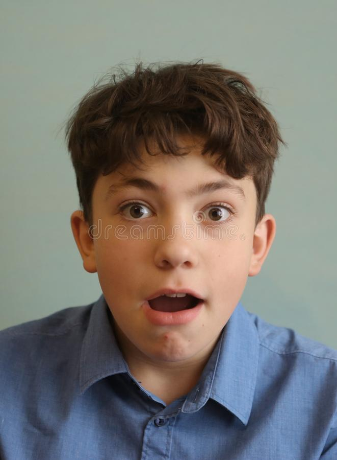 Menino adolescente considerável bonito da expressão da surpresa do sorriso fotos de stock