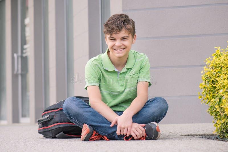 Menino adolescente de volta à escola fotografia de stock royalty free