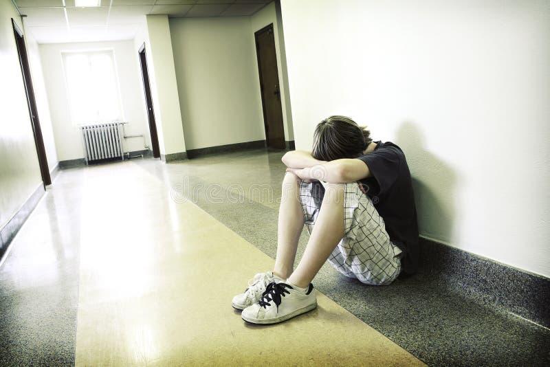 Menino adolescente deprimido foto de stock