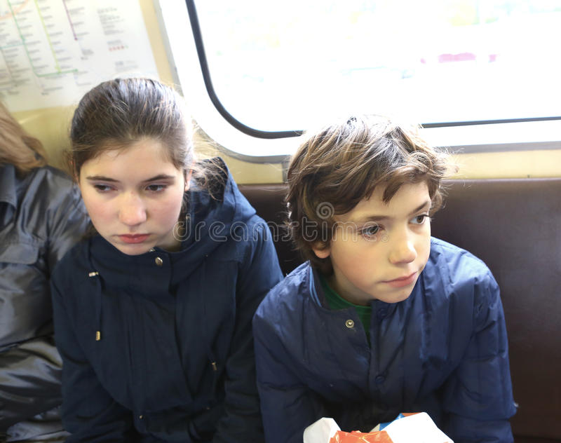 Menino adolescente e menina no trem subterrâneo imagens de stock