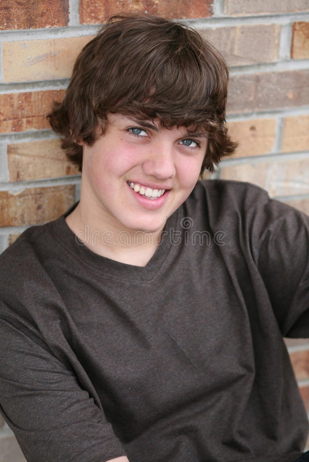 Menino adolescente novo considerável de sorriso fotografia de stock