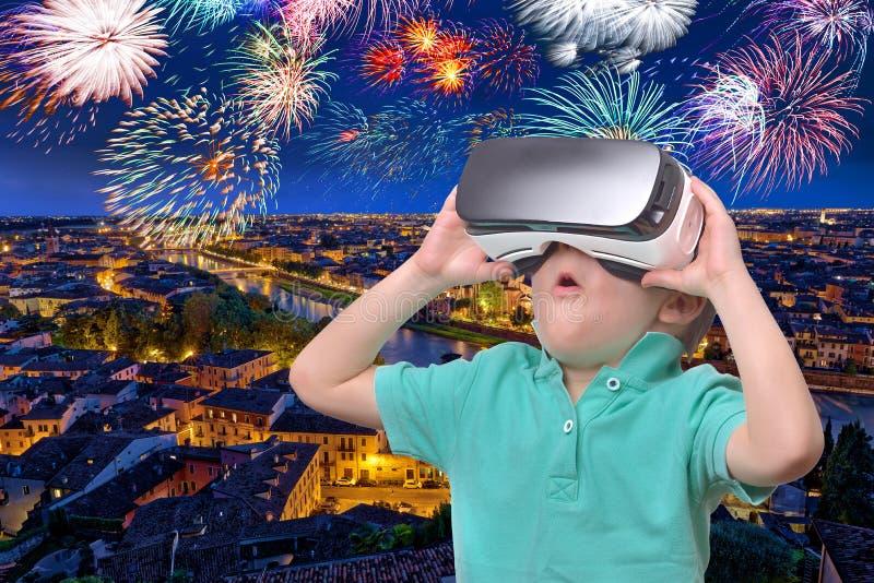Menino adolescente surpreendido que veste os ?culos de prote??o da realidade virtual que olham filmes ou que jogam jogos de v?deo imagens de stock royalty free