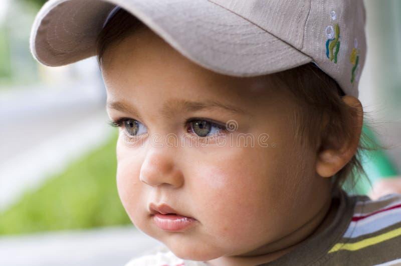 Menino adorável no boné de beisebol fotografia de stock royalty free