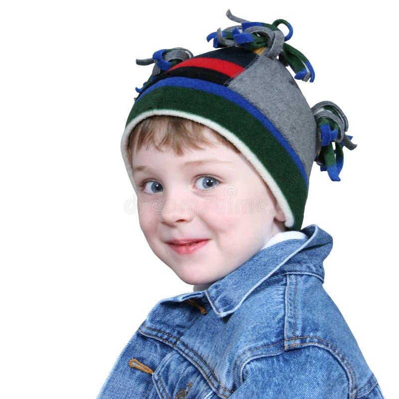 Menino adorável no chapéu do inverno foto de stock