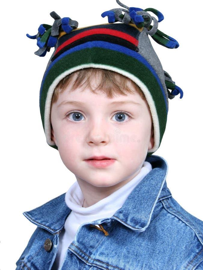 Menino adorável no chapéu louco do inverno imagem de stock
