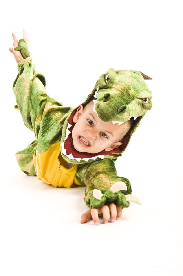 Menino adorável no traje do crocodilo fotografia de stock
