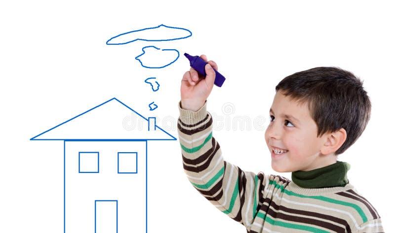 Menino adorável que desenha uma casa fotografia de stock royalty free