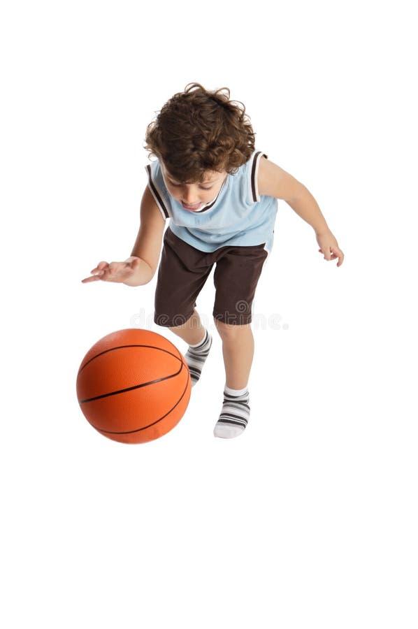 Menino adorável que joga o basquetebol foto de stock royalty free