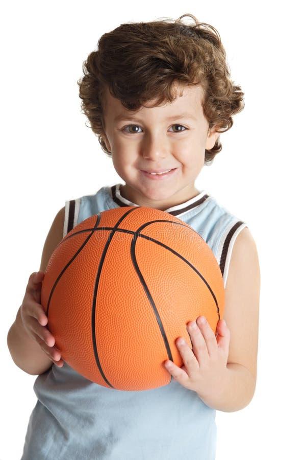 Menino adorável que joga o basquetebol imagem de stock royalty free