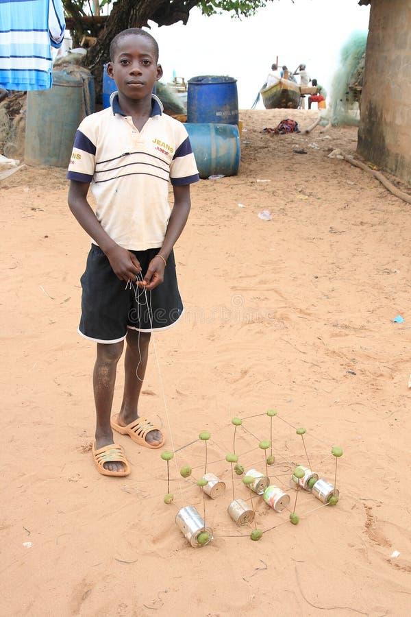 Menino africano com um carro engenhoso do brinquedo fotografia de stock royalty free