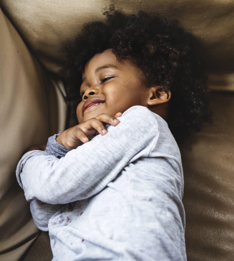 Menino africano pequeno bonito em um recurso imagem de stock