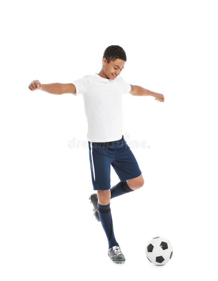 Menino afro-americano adolescente que joga o futebol imagem de stock