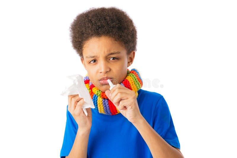 Menino afro-americano com pulverizador nasal fotos de stock royalty free