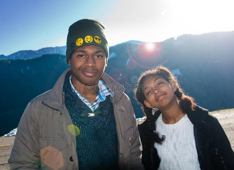 Menino afro-americano e menina em férias nas montanhas fotografia de stock