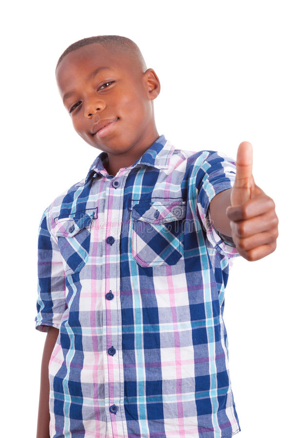 Menino afro-americano que faz pessoas negras dos polegares acima - foto de stock