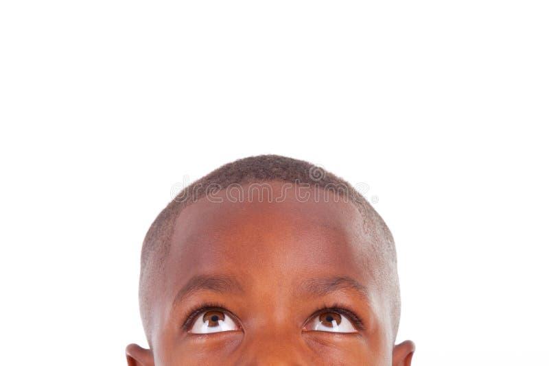 Menino afro-americano que olha acima - pessoas negras fotografia de stock royalty free