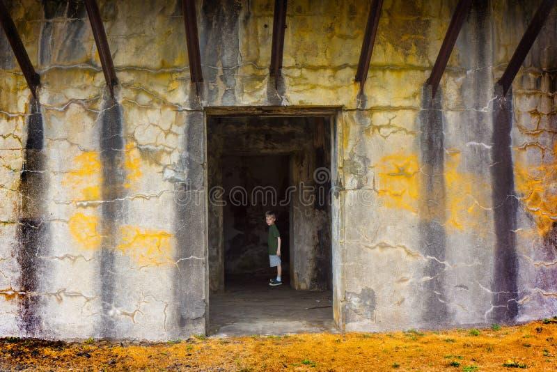 Menino apenas na construção velha da caverna fotos de stock royalty free