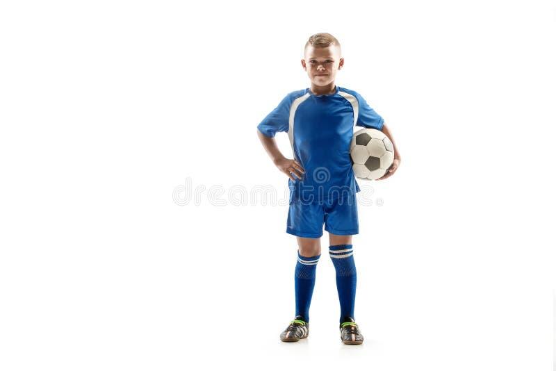 Menino apto novo com posição da bola de futebol isolado no branco imagens de stock