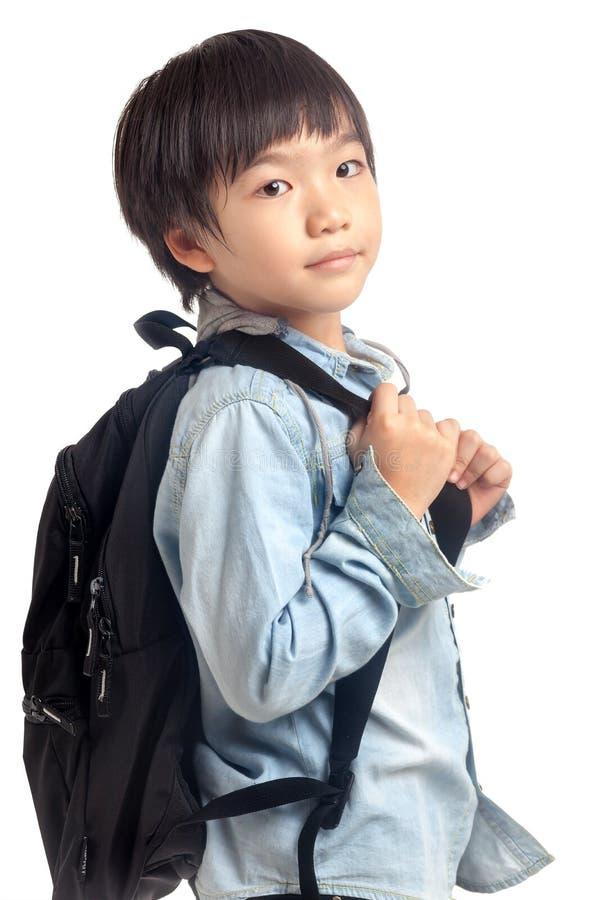 Menino asiático com trouxa da escola fotografia de stock